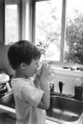 Child_drinking_water